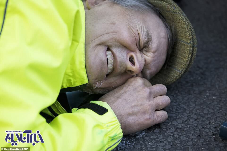 اقدام عجیب یک معترض لندنی؛ چسباندن صورت به زمین با چسب!