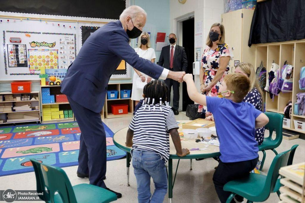 خوش و بش بایدن با دانش آموزان در یک مدرسه