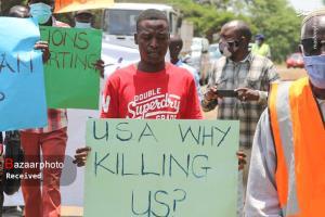 اعتراض به تحریم ها مقابل سفارت آمریکا در زیمبابوه