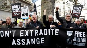 تجمع حامیان آسانژ مقابل دادگاه عالی انگلیس