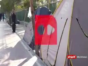چادرخوابی عجیب کنار بیمارستانهای تهران!
