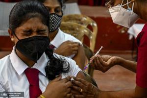 تزریق واکسن کرونا به دانشآموزان در کلمبو سریلانکا