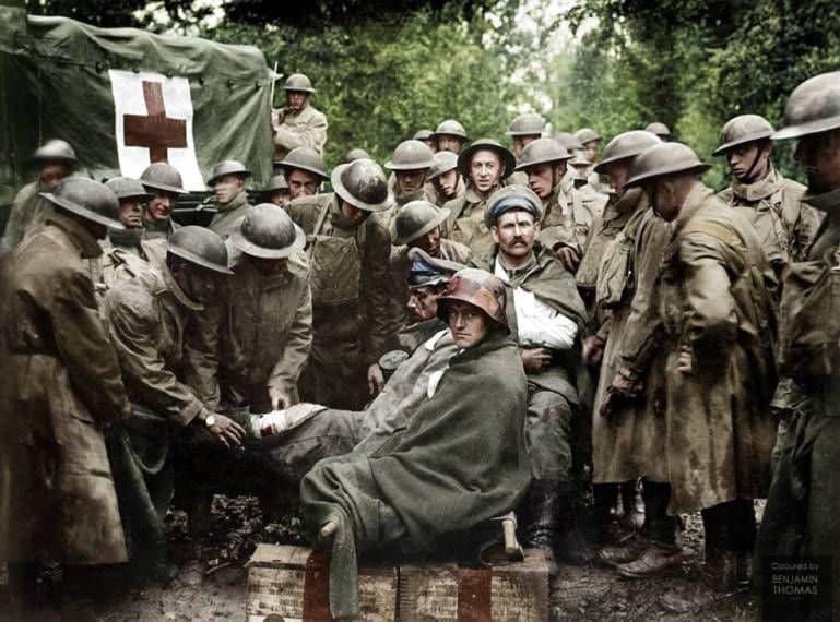 سربازان آمریکایی در حال مداوای اسیران آلمانی