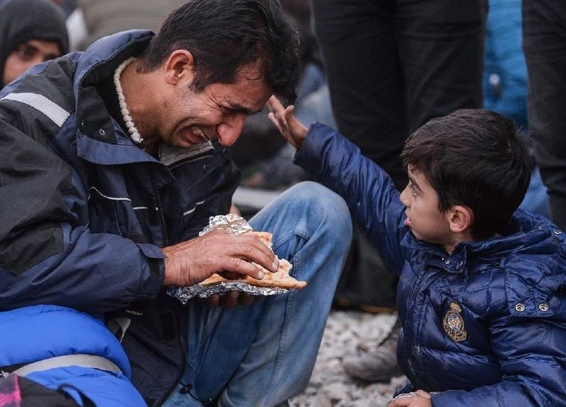 تصویری دردناک از پناهجویان؛ دلداری پسر به پدر