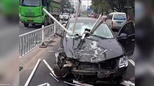 تصادف وحشتناک با گاردریلهای فولادی وسط جاده