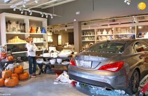 راننده ناشی به مشتریان داخل فروشگاه کوبید!